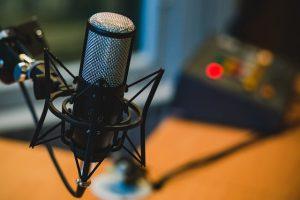 מעשירים את הידע: פודקסטים מרתקים להאזנה בזמן הפנוי
