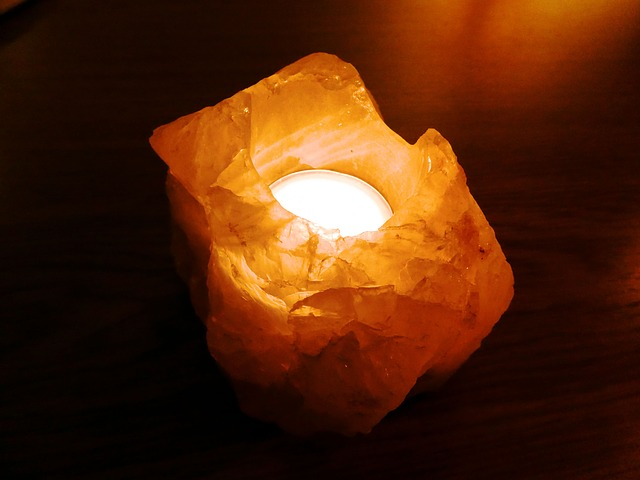 מנורת מלח: סגולות המלח הטבעי שיכולות לתרום לנשימה נקייה